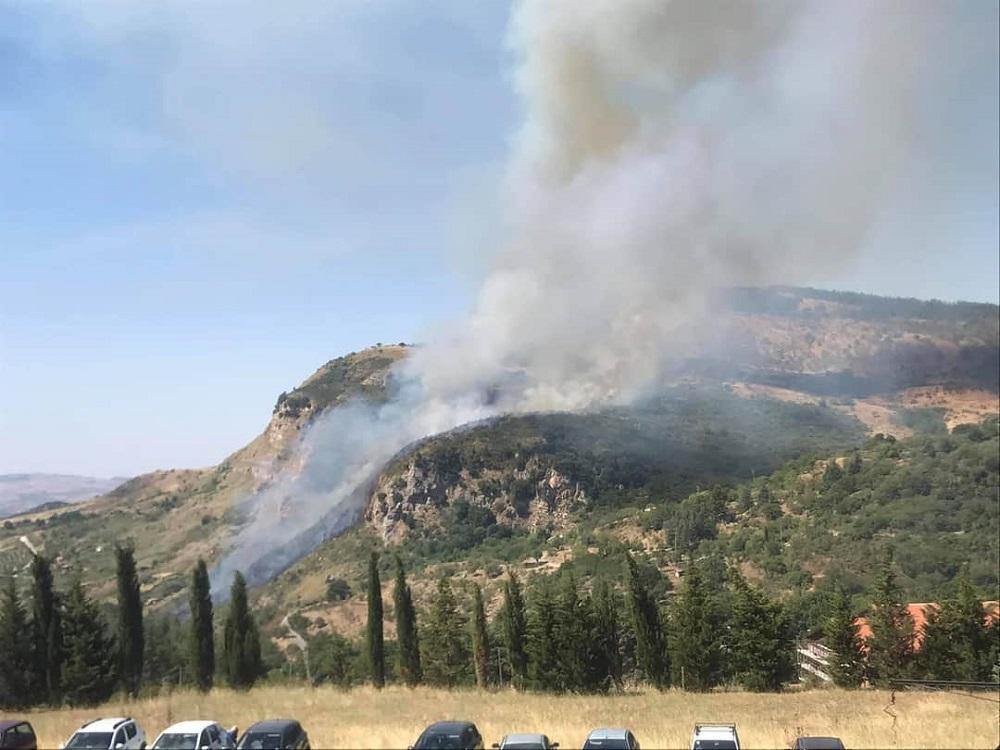 Incendio a ridosso delle villette, paura nel borgo madonita