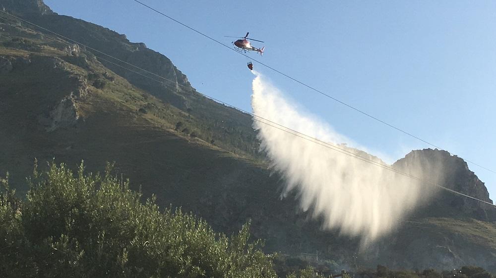Vasto incendio mette a rischio diverse abitazioni: in azione anche due elicotteri