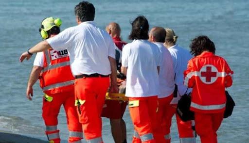 Batte la testa negli scogli, paura al Molo di Cefalù: ora è fuori pericolo