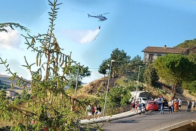 Fuoco a Gangi, in azione gli elicotteri antincendio