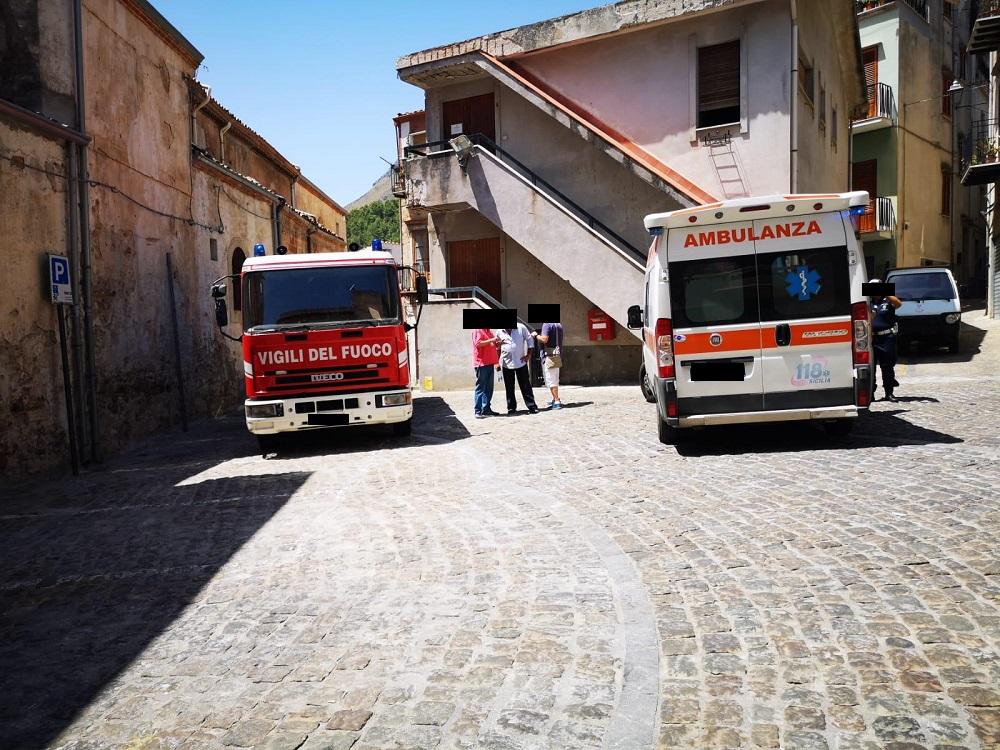 Isnello, fuoco in una palazzina: uomo si ferisce per mettere in salvo i bambini