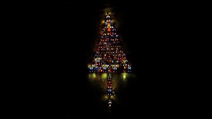 Natale, a Gangi s'illumina un albero di trattori