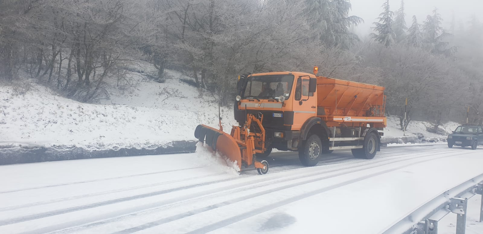 Neve sulle Madonie, intervento dei mezzi della protezione civile: strade percorribili