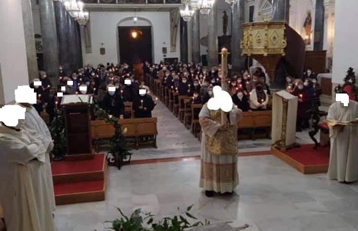 Assembramenti in Chiesa? Polemiche per la foto pubblicata dalla parrocchia